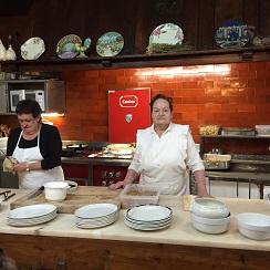 Josefina Sagardia detrás de su cocina en Kasino Lesaka