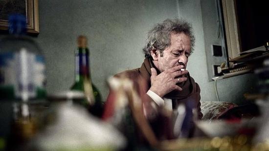 Mohamed Chukri en su apartamento, Tánger febrero 2003 ©Luis Vega
