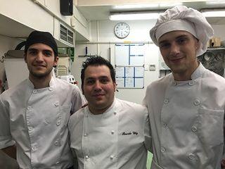 Ricardo Vélez, pastlero jefe de Moulin Chocolat, en el centro con sus ayudantes