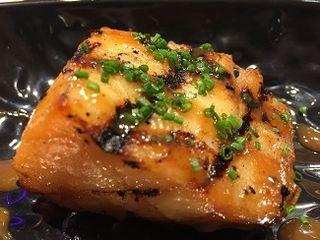 Bacalao Black Cod shiro miso, estilo Nobu asado en kamado