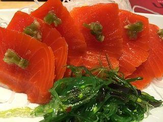 Sashimi de salmón salvaje sockeye con kizami Wasabi