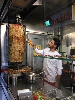 Preparando kebab de pollo en Mustafa´s