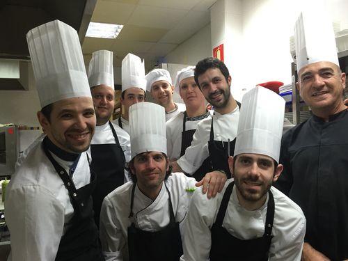 Iván Cerdeño con su brigada en las cocinas de El Carmen de Montesión