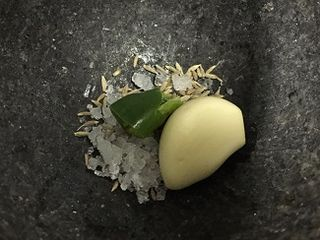 En el fondo del mortero antes de preparar la majada de cilantro.
