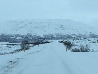 Carreteras nevadas en Islandia, fotografía tomada desde el interior del vehículo