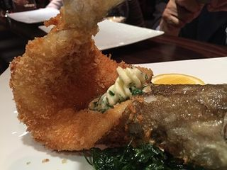 Pescadilla frita, entera de inspiración española una especialidad de L´Atelier