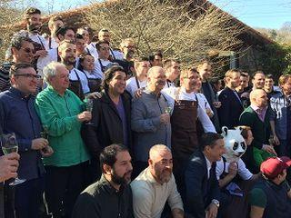 La brigada de Mugaritz y los chefs invitados poco antes de iniciar la comida que se celebró en Mugaritz al concluir el encuentro