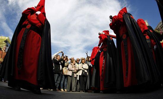 Procesión de la Soledad a su paso por la Puerta del Sol de Madrid EL PAÍS -  Samuel Sánchez