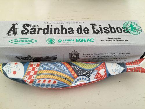 Una de las sardinas de la colección de Bordallo Pinheiro a la venta en la tienda de porcelanas Vista Alegre en el barrio de Chio en Lisboa