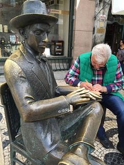 Escultura de Fernando Pessoa delante del café A Brasileira, escritor utilizado como fuente de inspiración en algunos diseños