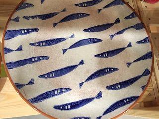 Plato de cerámica con la sardina como elemento decorativo