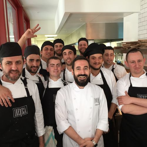 Equipo de cocina de Ibérica Manchester. En el centro César García, a la derecha el inglés Carl Wild, cocinero jefe en Manchester