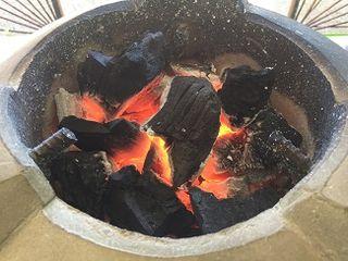 Brasas de carbón sobre las que se prepara el escabeche filipino