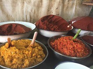 Polvos de cúrcuma, pasta de gambas y otros aderezos tailandeses en un puesto de mercado