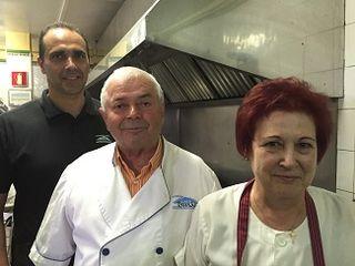 La familia Galván al completo. Tomás, su esposa Verisima y su hijo Víctor en las cocinas de Casa Tomas