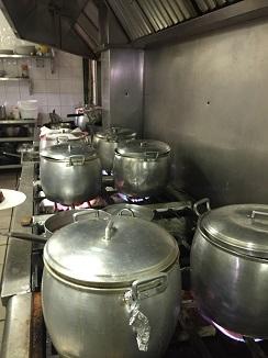 Hasta 15 ollas hierven simultáneamente en las cocinas  de Casa Tomás