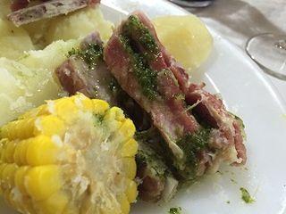 Costillas de cerdo, con papas canarias y piñas de millo. Todos los ingredientes muy tiernos rociados con mojo verde de cilantro