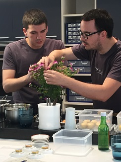 Paco Morales y su ayudante Pepe Corral durante la preparación de un plato en el espacio creativo de Noor