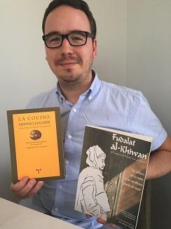 Paco Morales con dos libros del siglo XIII, Fudalat-al-Kiwan y Manuscrito Anónimo Hispano magrebi
