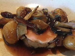 Estofado de carnes de diversa textura, mollejas, fuagrás, cachelos, setas shitake y abalones.