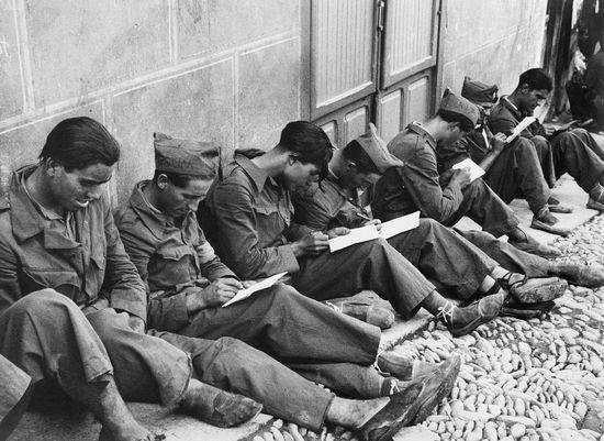 Soldados del Ejército de Andalucía escriben cartas desde el frente