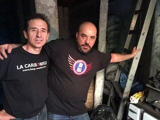 Andres Mondejar y Juan Manuel Benayas rodeados de carbones por todas partes