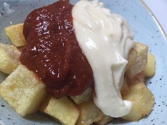 Patatas bravas, mixtas con salsa brava y alioli en El Nacional