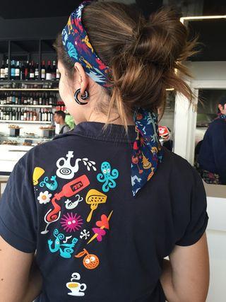 Diseño de las camisetas del personal que atiende el comedor