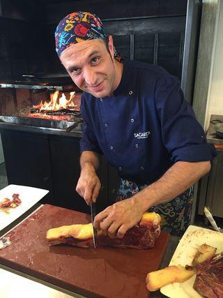 El jefe de cocina del Pabellón limpiando un chuletón