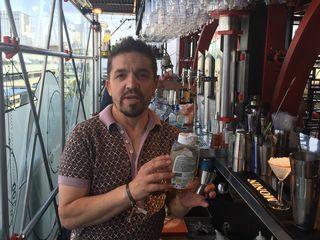 Carlos Moreno detallando uno de los ingredientes