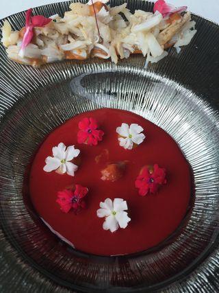 Emulsión de remolacha con flores y centollo. Eneko Atxa. Azurmendi