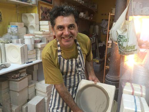 Pedro León moldeando una pieza