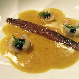 Anchoa curry y encurtidos