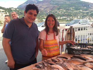 Mauro Colagreco con su proveedora habitual a pie del puerto de Menton