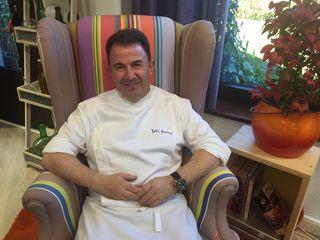 Martín en un sillón de los estudios de Robin Food, en los bajos de su restaurante.
