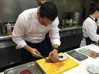 Mario Sandoval montando un plato de toro bravo