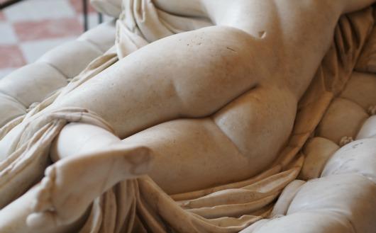 Hermaphrodite_endormi_(fesses)_-_musée_du_Louvre