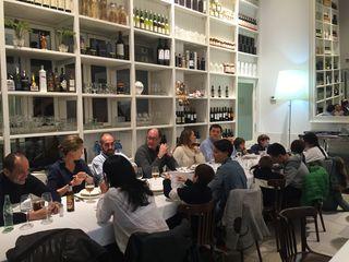 Uno de los modernos y concurridos comedores del restaurante Los Claveles
