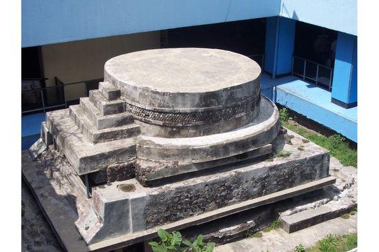 Pirámide_del_metro_Pino_Suárez Gengiskanhg Wikimedia
