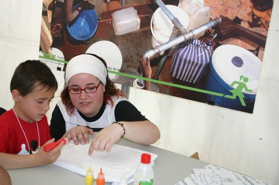Voluntaria colaborando con un niño