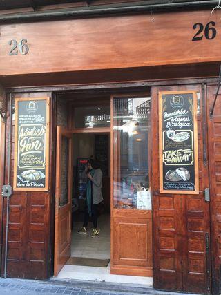 Fachada de La Panotheca en la calle Argensola, antigua panadería reconvdertida