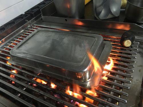 Cocinando un ceviche caliente sobre la parrilla.