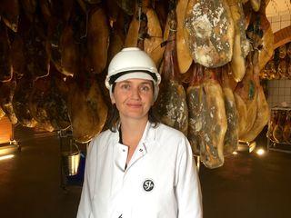 María Castro en una de las bodegas de Cinco Jotas