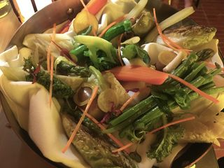 La bandeja de verduras con papada caramelizada aparte