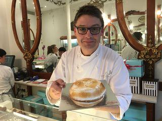 Oriol Balaguer con una de sus tartas