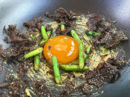 Futuros huevos revueltos. Yema marinada sobre cebolleta pochada con mantequilla, ajos chinos, salteados con jengibre, soja fermentada y pepino.