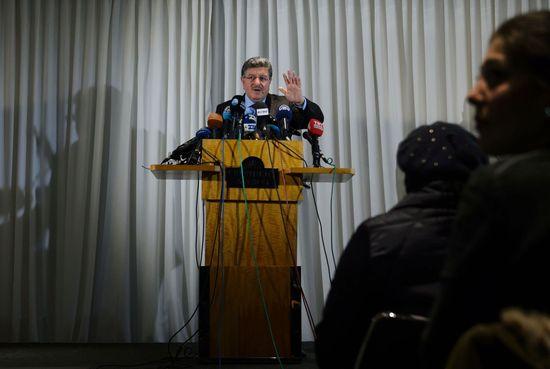 Salem Muslit, portavoz de la oposición siria, dirigiéndose a la prensa en Ginebra