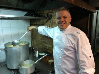 Carlos Sanllehy preparando la olla