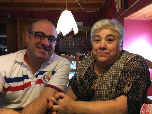 Elia García Montul y Toño Tarrau, madre e hijo, en su restaurante Casa Rosa
