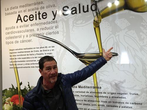 Luis Calpe explicando uno de los paneles del museo